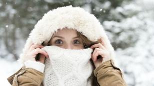 Ist mein Schal schon legal - Frau mit Schal im Winter