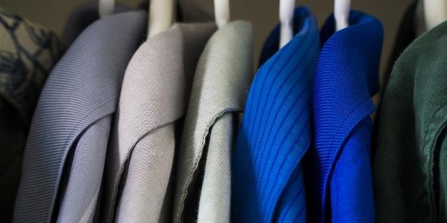Kleidung hängt im Kl eiderschrank
