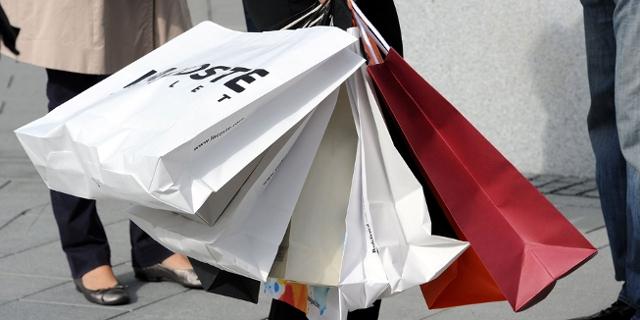 Person mit vielen Einkaufstaschen