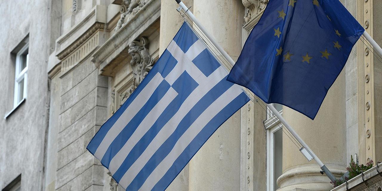 Griechenland- und EU-Fahne hängen nebeneinander