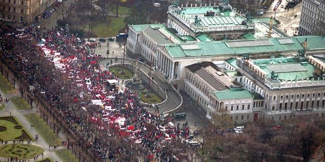 Großdemonstration gegen die blau-schwarze Regierung Schüssel 1:  Luftaufnahme vom 19.2.2000 auf die Demonstrantenmengeam Ring vor dem Parlament