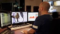 Ö3-Produzent Michi Heinrich bei der Arbeit