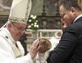 Papst Franziskus bei einer Taufe in der Sixtinischen Kapelle