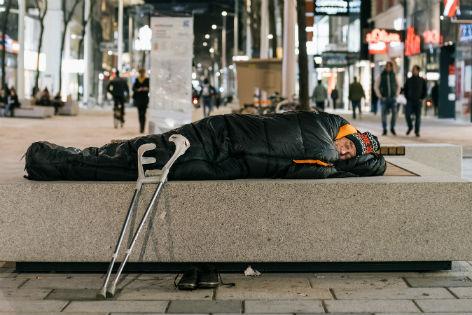 Obdachloser Mann im Schlafsack