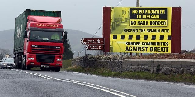 LKW vor einem Schild gegen die innerische Grenze