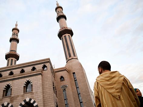Muslime vor einer Moschee in Rotterdam, Niederlande