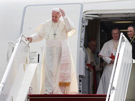 Papst Franziskus bei der Landung in Myanmar