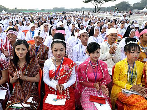 Teilnehmerinnen an der Freiluftmesse von Papst Franziskus in Rangun, Myanmar