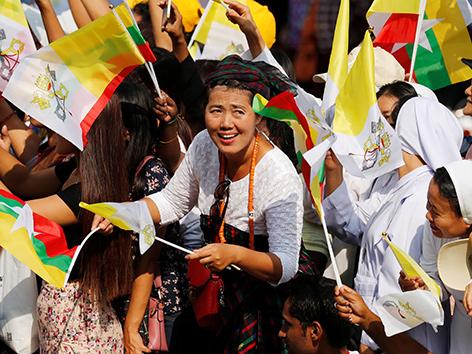 Menschen in Myanmar empfangen Papst Franziskus