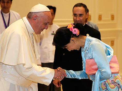 Papst Franziskus und Aung San Suu Kyi