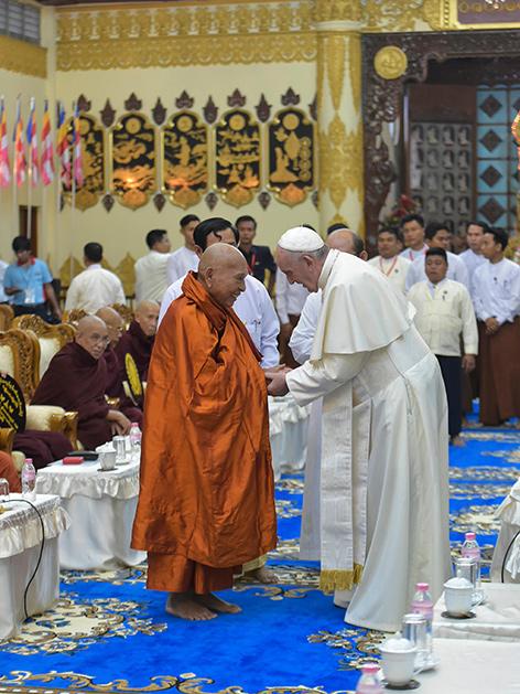 Papst Franziskus mit buddhisten in einem Tempel in Myanmar