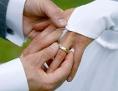 Mann steckt Frau Ehering an den den Ringfinger, Hochzeit, Paar