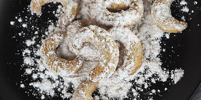 Vanillekipferl mit Zucker in einer Schale