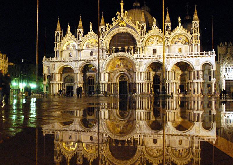 Der überflutete Markusplatz bei Nacht