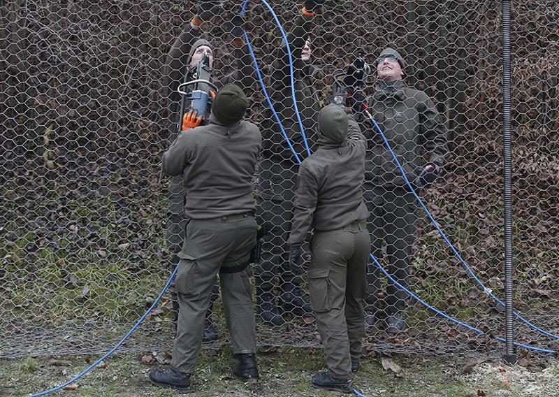 Bau des Grenzzauns an der Slowenisch-Österreichischen Grenze nahe Spielfeld im Dezember 2015