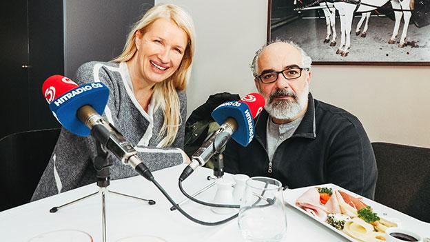 Claudia Stöckl und Michael Niavarani an einem gedeckten Tisch