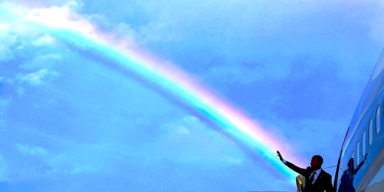 Obama steigt in Flugzeug unter einem Regenbogen