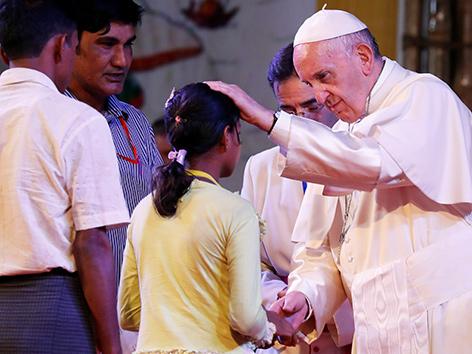 Papst Franziskus mit Rohingya in Bangladesch