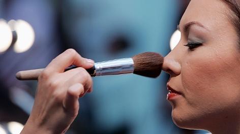 Ein Model erhält ihr Make-up