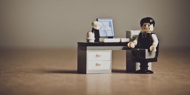 Verweifeltes Legomännchen im Lego-Büro