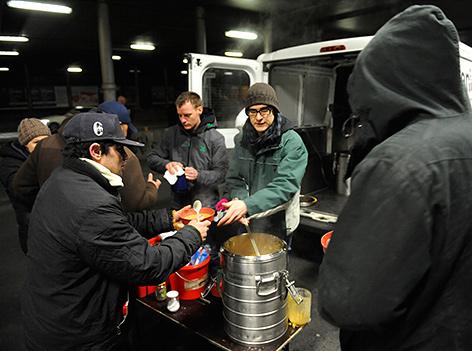 Ehrenamtliche Mitarbeiter während einer Suppenausgabe an Obdachlose in Wien