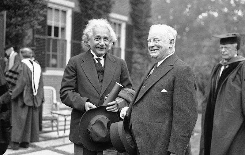 Albert Einstein bei der Verleihung der Ehrendoktorwürde in Harvard, 1935