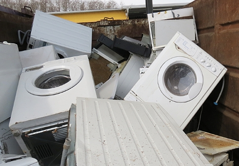 Waschmaschinen und andere Elektrogroßgeräte in einem Container einer Sammelstelle