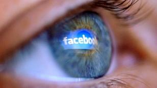 Auge, in dem sich das Facebook-Logo spiegelt