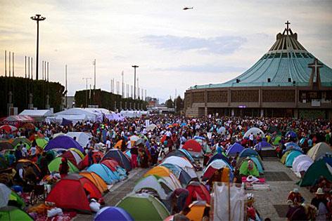 Pilger schlafen vor der Basilika der Jungfrau von Guadalupe am 12. Dezember 2016 in Mexiko