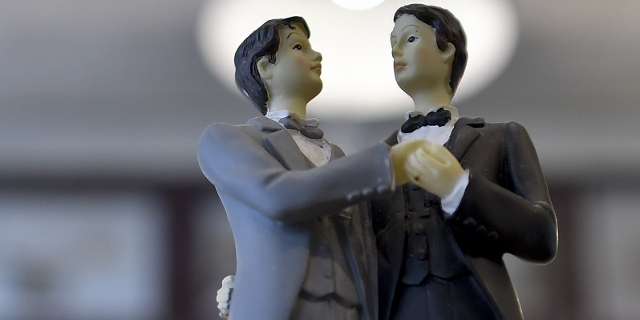 Zwei Bräutigamfiguren auf einer Torte