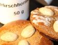 Zwei Stück Lebkuchen, im Hintergrund ein Häferl mit Hirschhornsalz