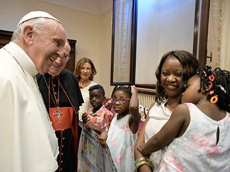 papst Franziskus mit einer Flüchtlingsfamilie aus Afrika