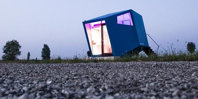 Ein tiny house von draußen im Sonnenuntergang