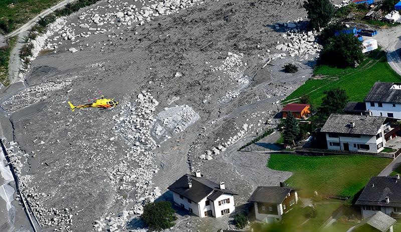 Bergdorf versinkt im Schlamm und Schutt