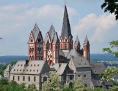 Limburger Dom mit vielen spitzen Türmen von oben im Sonnenlicht