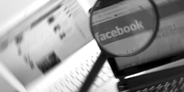 Facebook auf dem Bildschirm , mit Lupe vergrößert