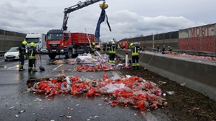 Getränkeflaschen auf der Autobahn