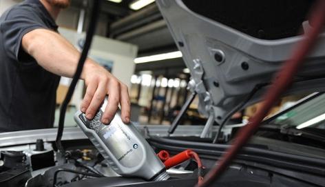 Mechaniker beim Reparieren eines BMW