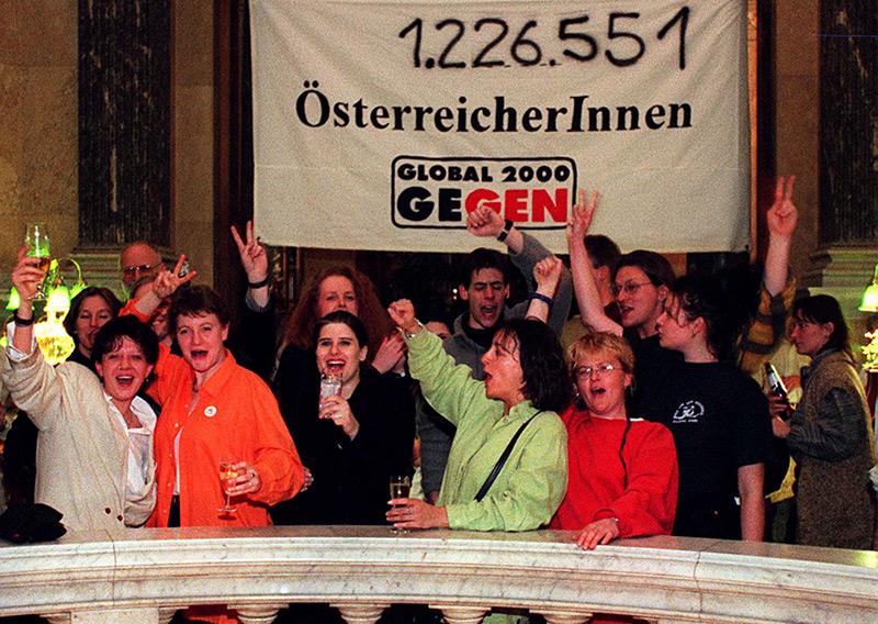 """Besucher eines """"Gentechnik-Volksbegehrenfests"""" im Wiener Naturhistorischen Museum jubelten am 15. April 1997 über das Ergebnis"""