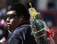 Pilger mit Marienstatue auf dem Rücken in Guadalupe, Mexiko