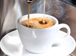 Kaffee rinnt in aus einem Kaffeevollautomaten in eine Tasse