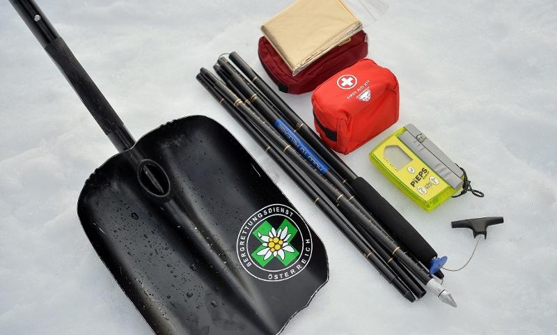 Lawinenwarntafel und Notfallausrüstung