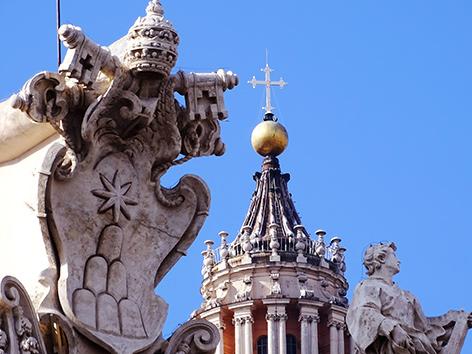 Statue auf der Peterskirche
