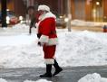 Weihnachtsmann spaziert in der verschneiten Stadt