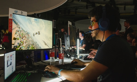 Typ spielt Star Wars: Battlefront II am PC bei der Präsentation