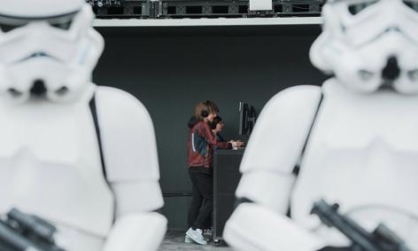 Storm Trooper bewachen Kinder beim Spielen von Star wars: Battlefront II