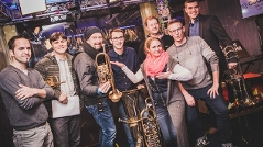 Gabi, Andi und Robert mit Blasmusikern vom Bruckner Orchester