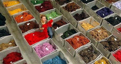 Behälter mit farbiger Wolle in einer Spinnerei