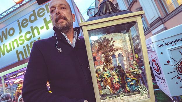 Robert Kratky mit einer selbstgemachten Krippe von Wilhelm Steidl