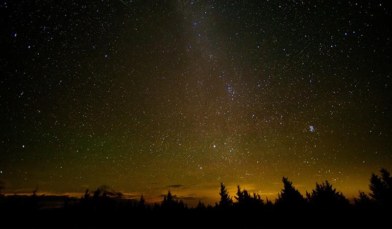 Perseidenschauer am Nachthimmel von West Virginia im August 2016